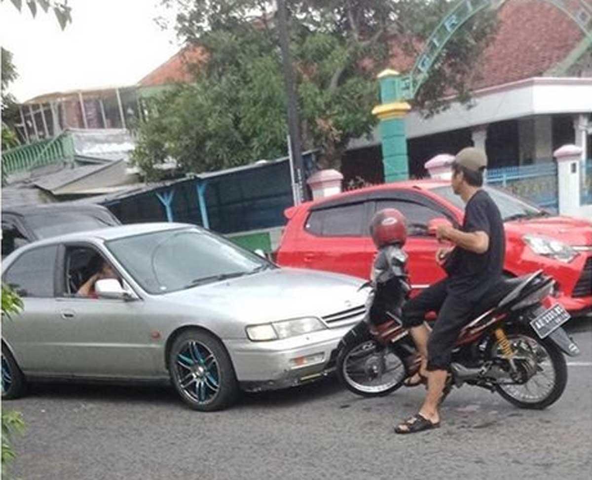 Pemotor di Klaten Hadang Mobil yang Ambil Jalurnya
